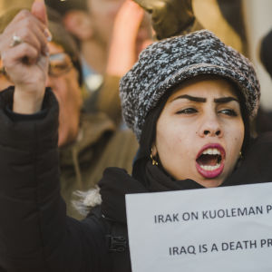 ung kvinna med skylt Iraq is a detah project