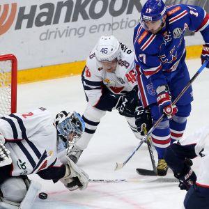 Teemu Ramstedt (nr 46) försöker få bukt med SKA-spelare i KHL 2017.
