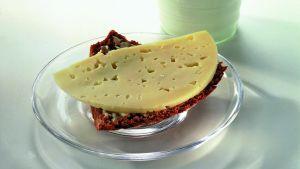 En ostsmörgås och ett glas mjölk