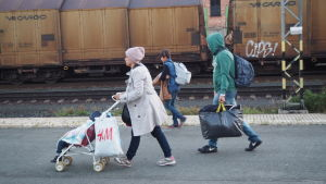 Irakiska asylsökande stiger av nattåget från Kemi i Tavastehus.