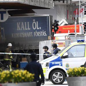Polisen spärrar av lastbilen som körde in i varuhuset Åhlens i Stockholm den 7 april 2017.