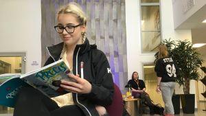 Joensuubördiga Janina Hirvonen tänker skriva svenska i studenten - till skillnad från många skolkamrater.