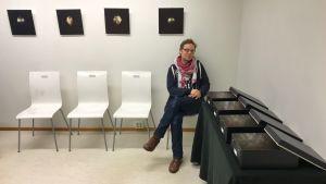 Jimmy Pulli i galleriet med sina verk.