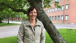 Charlotta Frantz vid ett träd.
