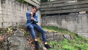 Sam Karlsson på en sten.