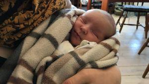 Carolina Beijars baby i hennes armar.