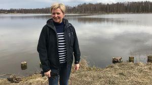 Lotta Karlsson vid en sjö.