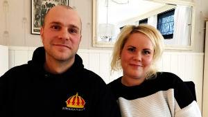 Tobias och Sofia Lempiäinen i deras hem.