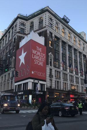 Macy´s marknadsför sig som världens största varuhus. Livlig trafik runt Macy´s i New York.