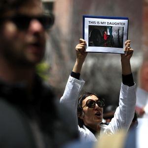 Demonstranter protesterar mot Trumps flyktingpolitik och sättet att separera barn från sina föräldrar.