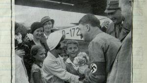Kuva Edgar Feuchtwangerin päiväkirjasta: Adolf Hitler tervehtii lapsia