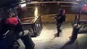 Gärningsmannen är svartklädd och har ett gevär i handen när han går in på nattklubben.