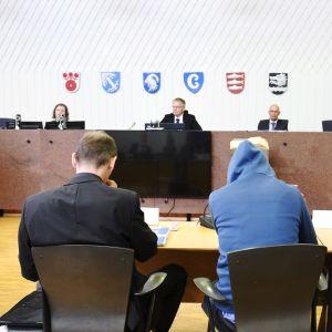 Åtalade och advokater i tingsrätten