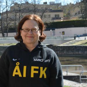 Lena Hindström-Pesu vid åstranden i Åbo.
