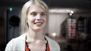 Alina Tomnikov hymyilee käytävällä.
