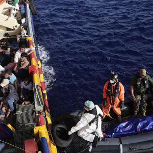 Räddningsoperation utanför Libyens kust. Fem personer omkom i flyktingbåt.