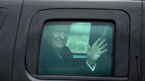 President Trump vikar åt journalisterna efter att han genomgått sin första hälsogranskning som president.
