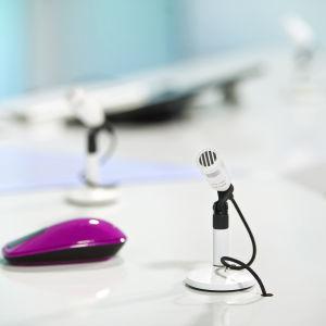 Bild av mikrofon och datormus i tv-nyheternas studio.
