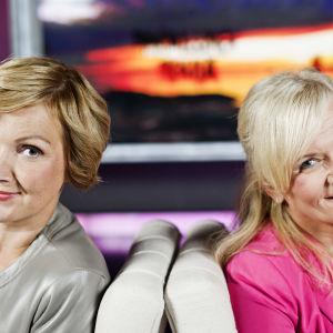 kaksi juontajaa istuu studiossa