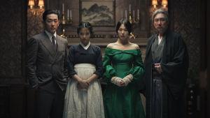 Greven, pigan, grevinnan och hennes farbror poserar.