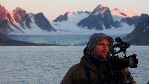 Luontokuvaaja Kimmo Ohtonen Pohjoisella Jäämerellä.
