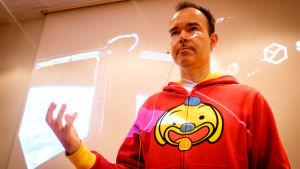 Peter Vesterbacka i sin röda huvskjorta.
