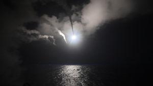 USA:s marin utför missilattacker mot Syrien från Medelhavet den sjunde april 2017.