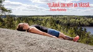 Emma Koivisto makaa kalliolla. Kuvassa teksti: Elämä on tässä ja nyt.