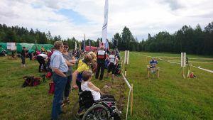 Ung orienterare kommer i mål vid FSOM 2017 i Pedersöre.