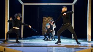 Tybalt ja Mercutio miekkeilevat. Rooleissa Miro Lopperi ja Jarno Hyökyvaara.