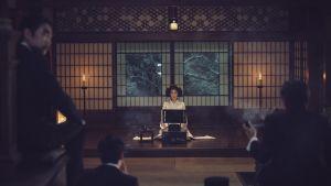 Lady Hideko läser för en trollbunden, manlig publik.