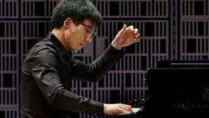 Amerikkalaispianisti Evan Wong Maj Lind -pianokilpailun alkuerässä.