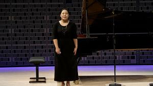 Eteläkorealainen Yedam Kim kiittää yleisöä Maj Lind -kilpailun alkuerässä.