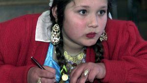 En romsk flicka i skolan.