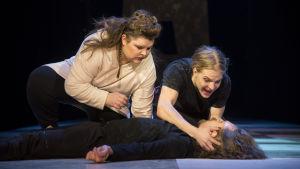 Benvolio ja Romeo kumartuneena Mercution ruumiin ääreen. Rooleissa Sonja Salminen, Olli Riipinen ja Miro Lopperi.