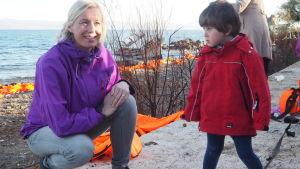 Jessica talar med barn på Lesbos