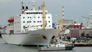 Japan hör till de länder som har förbjudit nordkoreanska fartyg i sina hamnar. Färjan Mangyongbong-92 var ett av de sista nordkoreanska fartygen som seglade till Japan före förbudet år 2003