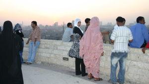Egyptiläisiä nuoria näköalapaikalla.