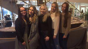 Lapuan lukion oppilaat: Annika Hiipakka, Anni Alakoskela, Jenna Övermark, Suvi Suokko ja Iina Lempiäinen