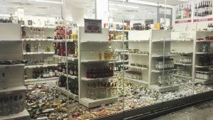 Mängder av alkoholdrycker har fallit ner från hyllorna i en butik på Kos efter en jordbävning.