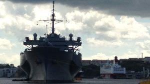 """USS Mount Whitney låg för ankar mitt i Stockholm för några dagar sedan. En """"artighetsvisit"""" kallades besöket, i samband med Baltops-övningen i Östersjön."""