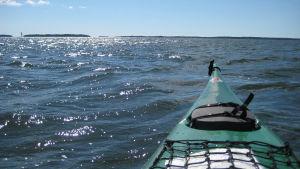 Fören av en kajak på soligt hav