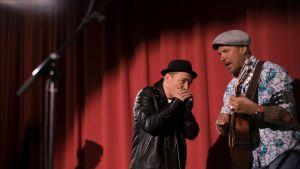 Juha Mulari uppträder med Fredrik Furu