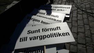 plakat på vargdemonstration i Vasa