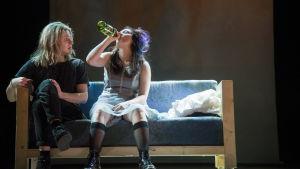 Romeo ja Julia juovat viiniä rohkaisuksi hääyönään. Rooleissa Satu Tuuli Karhu ja Olli Riipinen.