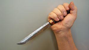 En hand håller i en kniv