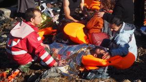 flykting får medicinsk hjälp på Lesbos