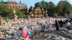 Ett blomhav utanför Kensington Palace som hade varit prinsessan Dianas residens innan hennes död. Hon dog i en bilolycka i paris, 31 augusti 1997.