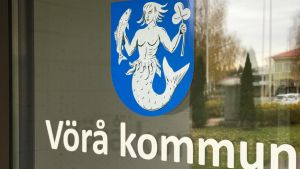 En närbild av dörren till Vörå kommungård som föreställer kommunvapnet.