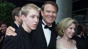 Glen Campbell anländer tillsammans med sin fru Kim och son Cal till musikgalan Grammy Awards i Los Angeles år 2000.